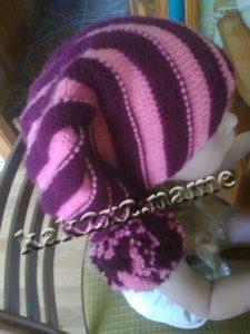 Симпатичная шапка диагональным вязанием